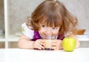Соком из яблок для детей следует придерживаться нормы потребления